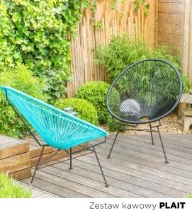 Duży, zielony ogródek z doskonałym miejscem do wypoczynku. Biały zestaw ogrodowy z wygodnymi leżakami w tle.