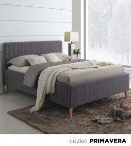 Przestronna sypialnia z dużym, wygodnym łóżkiem i stylową szafką nocną. W połączeniu z nowoczesnym biurkiem ze szklanym blatem i krzesłem tworzy idealną przestrzeń.