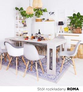 Stylowa jadalnia połączona z przestronnym salonem. Duży drewniany, rodzinny stół z modnymi, kolorowymi krzesłami. Eklektycznie połączone ze sobą kolory i materiały doskonale odnajdą się w nowo