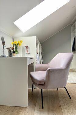 Fotel kubełkowy Breaza różowy welur na czarnych nóżkach