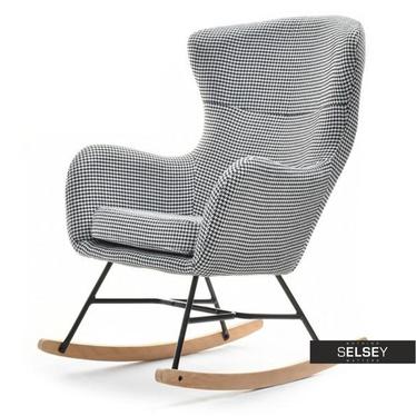 Fotel bujany Nesta pepitka na drewnianych płozach