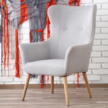 Fotel Emifban na drewnianych nogach - szare tapicerowanie
